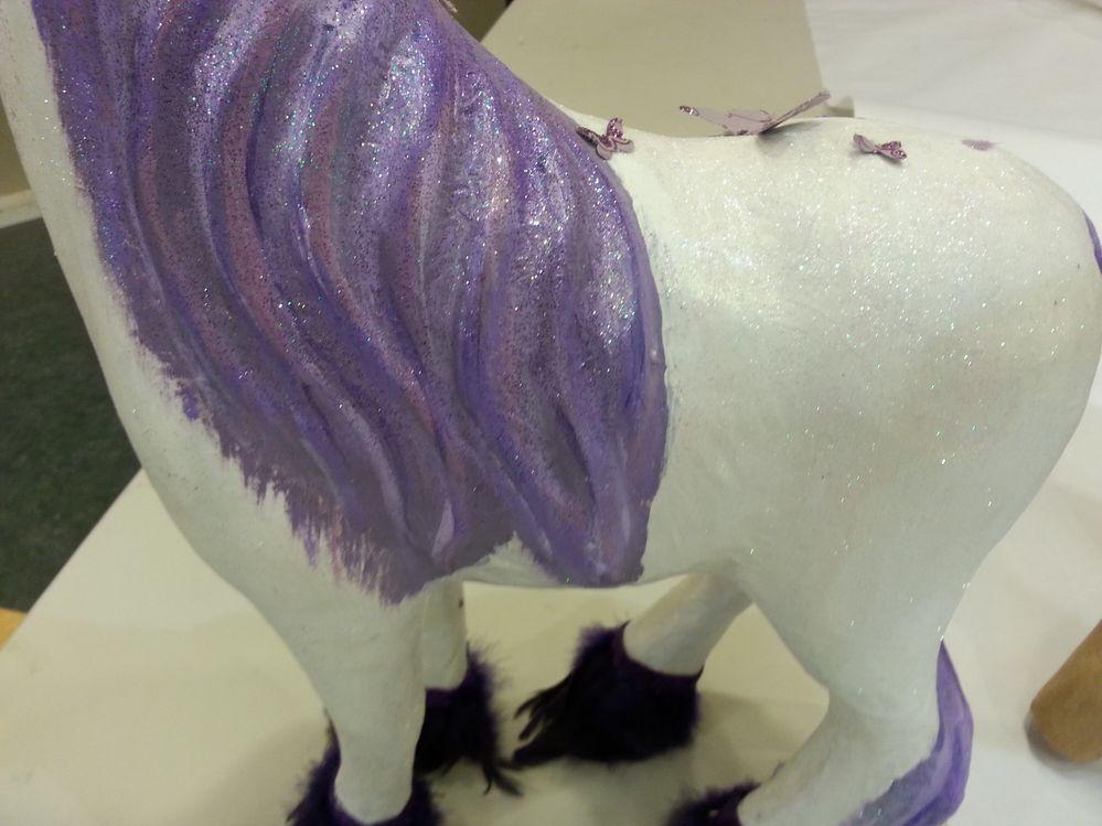 peindre toute la licorne avec du gesso .Laisser sécher.Peindre en blanc tout le corps et en violet la crinière, et la queue et en argent la corne