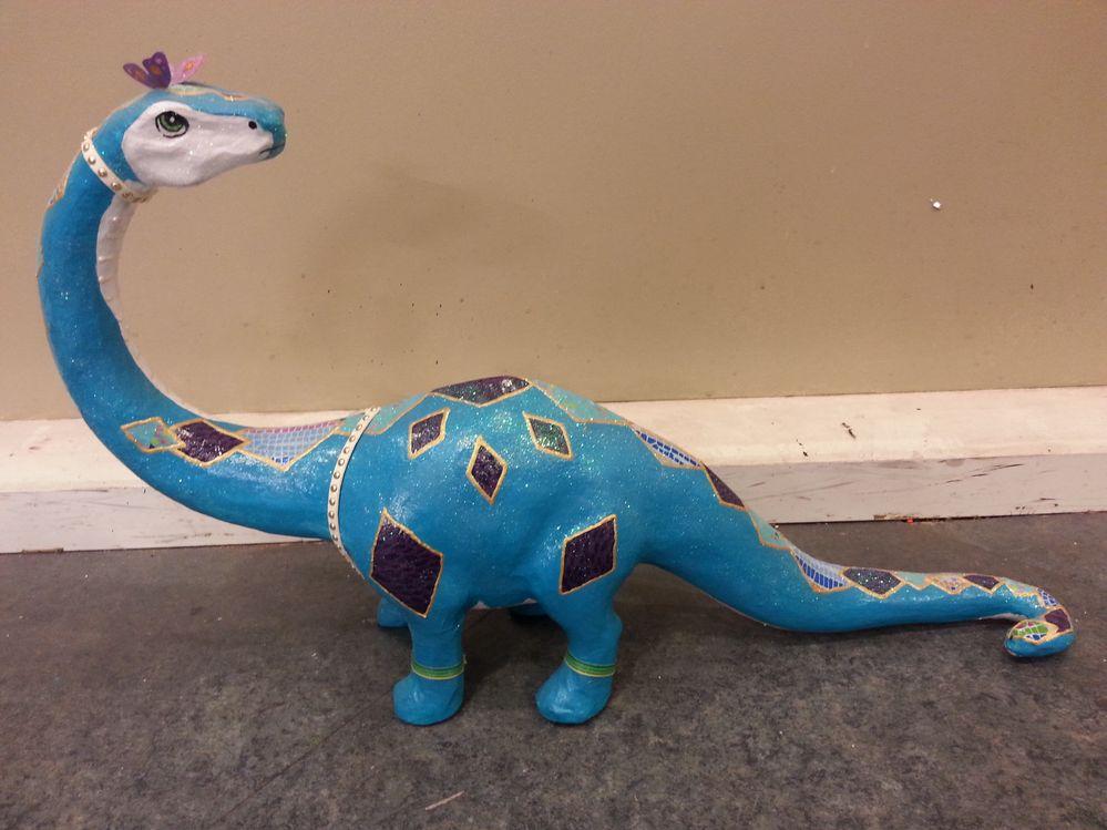 Réalisé par Natacha. Peindre le support au gesso, puis peindre en turquoise et blanc tout le dinosaure.