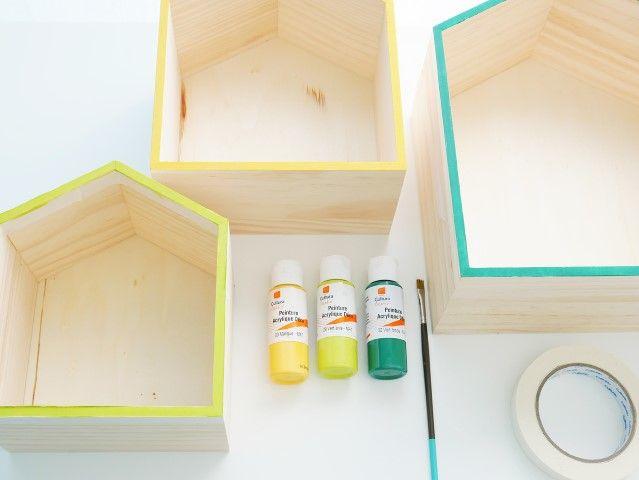 2. Peindre les tranches avec la peinture et un pinceau: coloris vert foncé pour la plus grande maison, coloris mangue pour la maison moyenne et coloris vert anis pour la plus petite maison. Laisser sécher. Retirer les rubans de masquage.