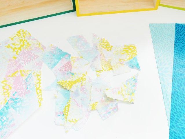 3. Déchirer les feuilles de papier décopatch® en petits morceaux.