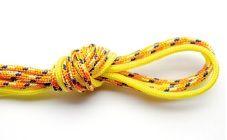 1. Plie les quatre fils en deux et réalise un gros noeud avec tous les fils.