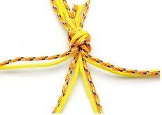 2. Sépare les fils en quatre en plaçant un fil de chaque couleur dans chaque groupe.
