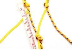 5. Mesure 4 cm à partir du noeud précédent et réalise un noeud avec un fil d'un groupe et un fil de l'autre couleur du groupe à côté.