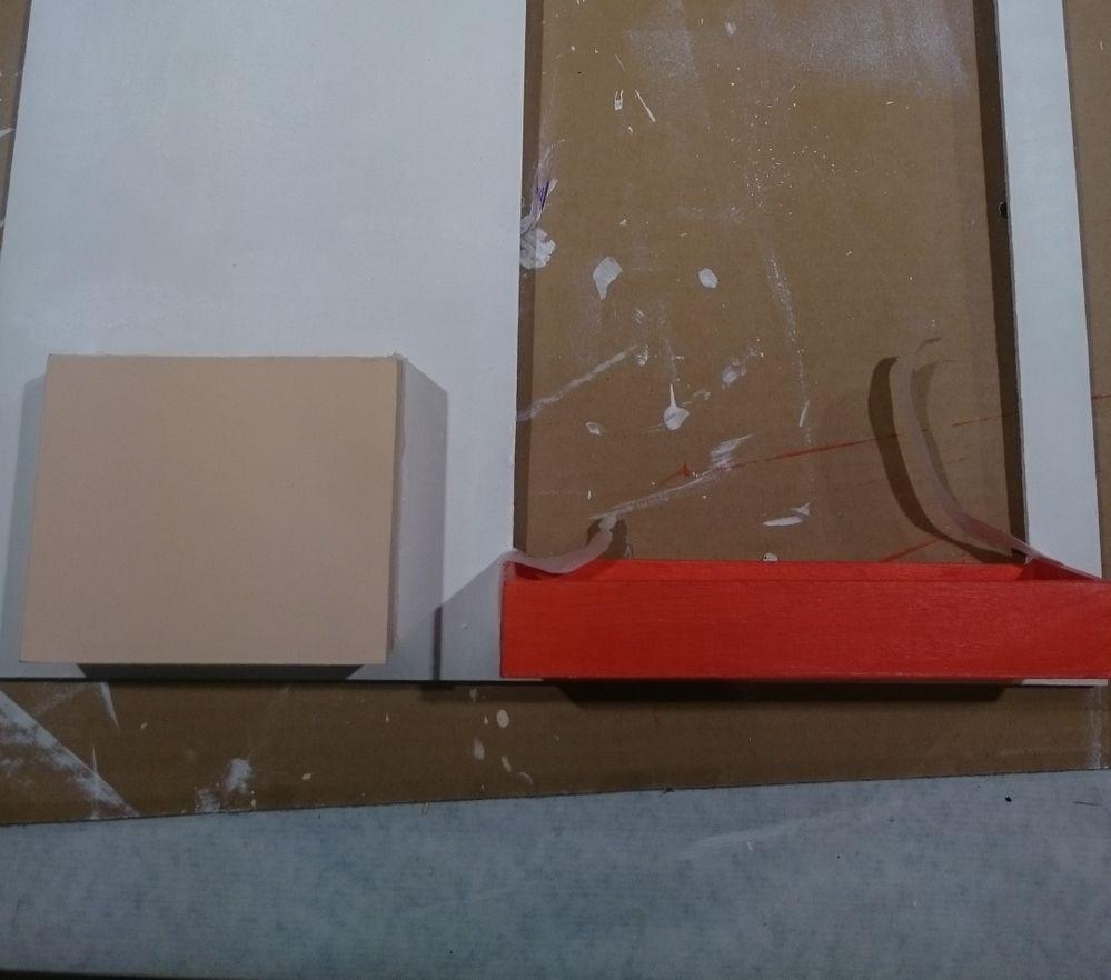2. Délimiter au ruban de masquage les contours des encadrements et casiers pour protéger. Peindre aux couleurs choisies (pourpre, rouge cadmium et rose nude). Sécher et passer une deuxième couche de peinture afin d'obtenir un rendu homogène. Une fois votre support sec, enlever le ruban de masquage.