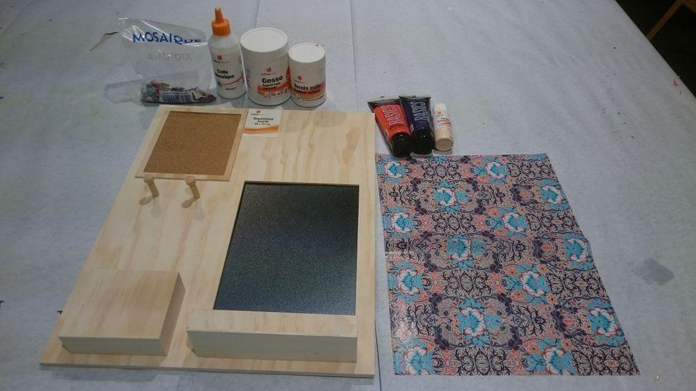 1. Préparer votre support en bois en enlevant la partie en liège et ardoise. Peindre votre support au Gesso. Sécher au sèche-cheveux. Passer une deuxième couche si nécessaire.