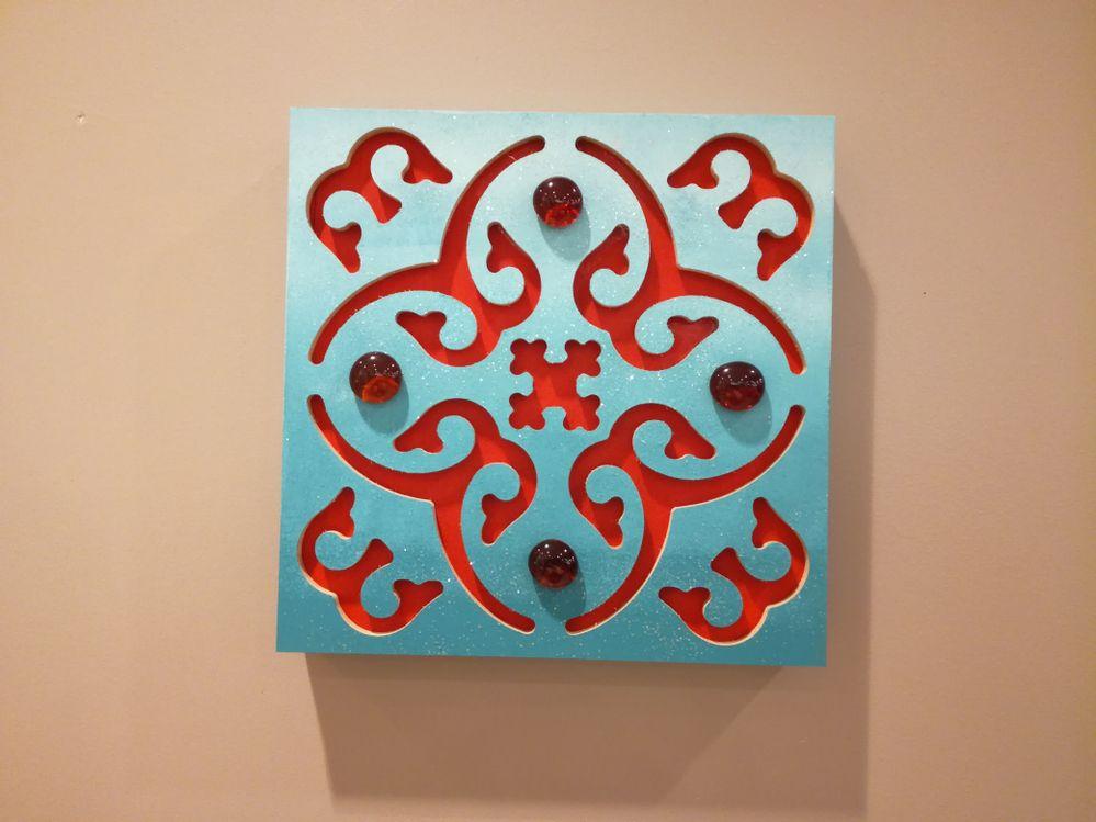 réalisé avec un support en médium esprit maroc ,de la peinture acrylique dégradée au rouleau et des pailllettes.