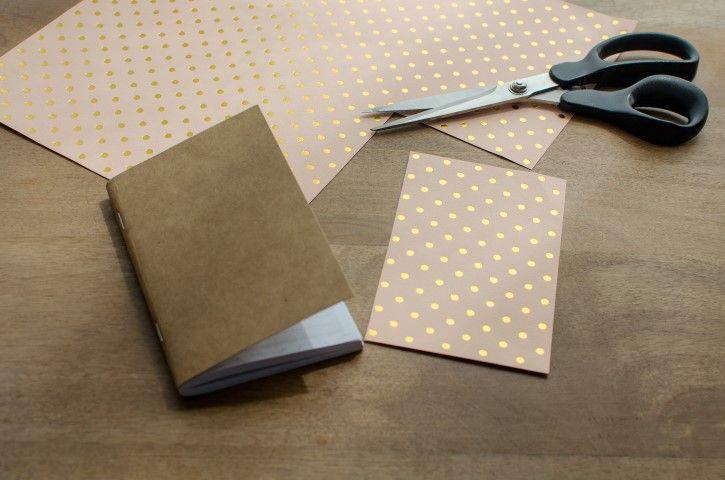 1. Dans le papier à pois, découper un rectangle de la taille d'une face de l'agenda. Le coller sur la face avant de l'agenda.