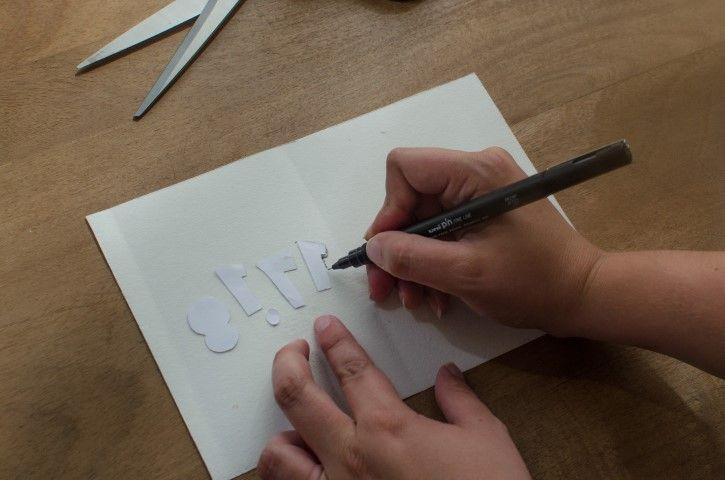 3. Sur l'envers du cuir reproduire les chiffres en version miroir pour pouvoir les évider sans laisser de trace sur l'extérieur.