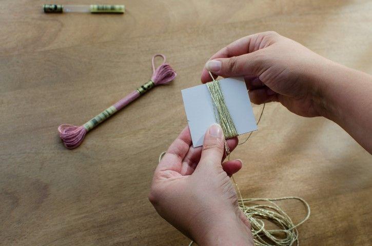 7. Pour faire un marque-page, réaliser un pompon sur trombone avec les fils pailletés. Enrouler les fils sur un morceau de carton, en mixant les couleurs.