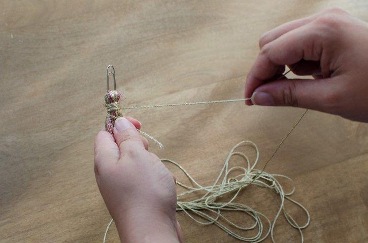 8. Avant de retirer le carton, passer le trombone dans les fils, retirer le carton puis enrouler un fil autour pour bien maintenir,