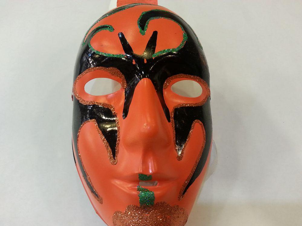 masque en plastique orange , peinture acrylique et colle pailletée.