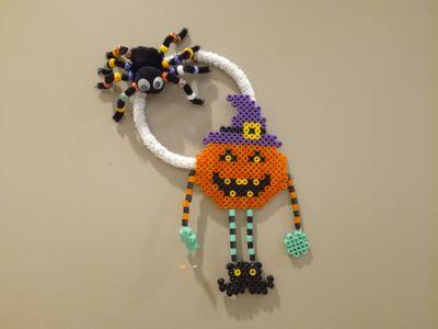 des perles hama, du fil chenille, un anneau métal , des pompons noir et on y va, facile à réaliser avec les enfants.