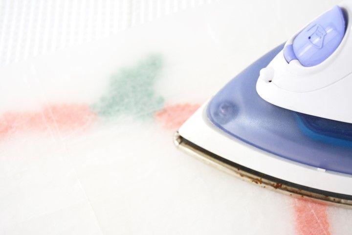 2. Repasse le motif réalisé en le protégeant avec la feuille de papier à repasser dessus. Les perles vont se coller entre elles par la chaleur du fer. Laisse refroidir avant de retirer le modèle de la plaque.