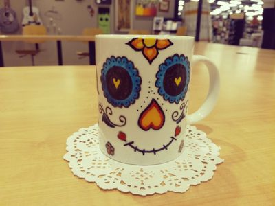 """à l'occasion de la sortie du film disney """"coco"""" j'ai réalisé ce mug avec des feutres porcelaine."""