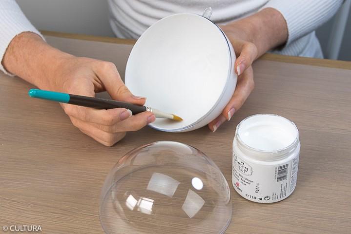 Idée n° 4 : Boules de Noël Forêt enneigée 1. Séparer les deux parties de la boule transparente 12 cm. Peindre l'intérieur d' une des deux parties de la boule avec la peinture Chalky Finish blanche. Laisser sécher.