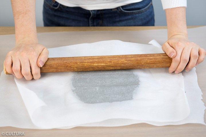 2. Etaler le béton créatif avec un rouleau bois entre deux feuilles de papier sulfurisé pour obtenir un rendu lisse.