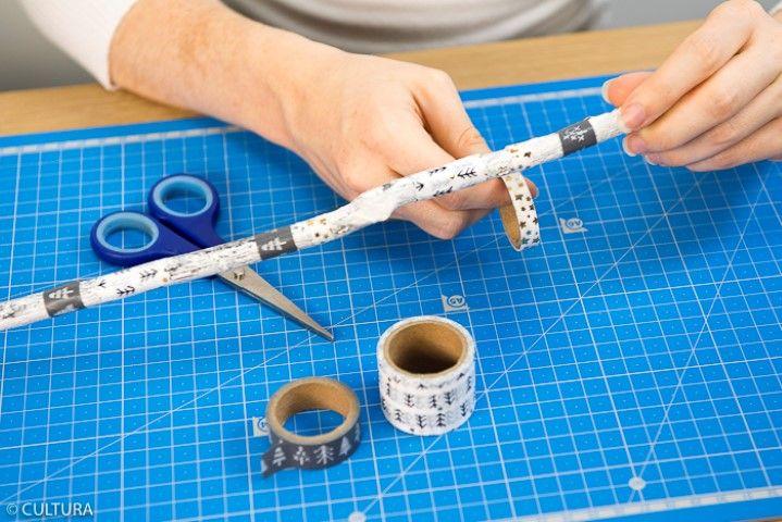 Création de l'attrape-rêves : 1. Décorer la branche avec des masking tapes de la collection. Fixer l'anneau métallique sur la branche avec la ficelle.
