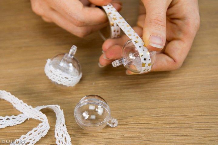 3. Personnaliser des boules transparentes de masking tape ou de dentelle puis les suspendre aux ficelles. Idée + : insérer dans chaque boule un message personnel : rêve à concrétiser, souhait pour Noël …