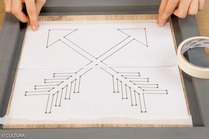 3. Télécharger, imprimer et assembler les deux parties du gabarit flèches et le fixer au centre du papier effet bois. Astuce : utiliser du ruban de masquage pour ne pas arracher le papier bois et retirer facilement le gabarit.