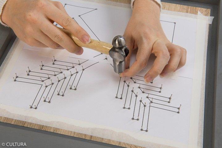 4. Positionner les épingles sur les emplacements du gabarit à l'aide d'un petit marteau. Retirer le gabarit.