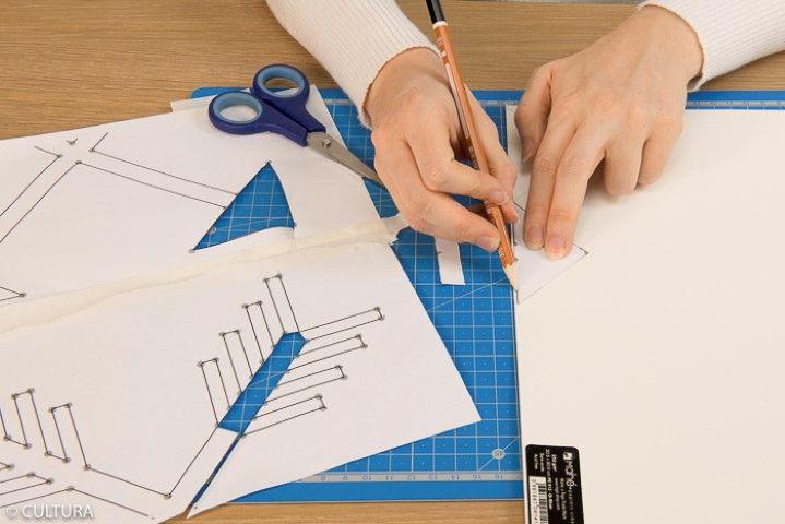 5. Tracer deux bandes de 6 x 1 cm dans le papier or miroir et reproduire à l'aide du gabarit les pointes des flèches au dos du papier. Découper.