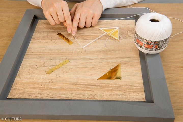 7. Nouer à une épingle le fil coton blanc et le tendre en suivant le gabarit. Astuce : Pour accentuer la visibilité du motif, faire un aller-retour-aller entre chaque épingle.