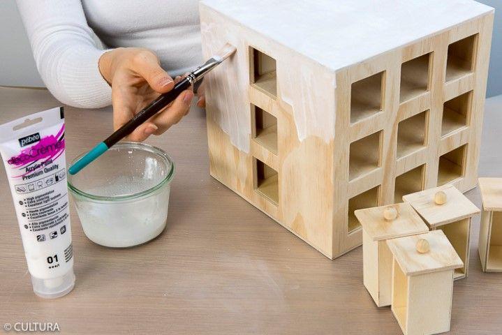 Peinture effet lasuré « bois blanchi » : Retirer tous les tiroirs du calendrier. Pour créer un effet lasuré « bois blanchi », diluer légèrement la peinture Déco crème blanche avec un peu d'eau et peindre le calendrier. Laisser sécher.