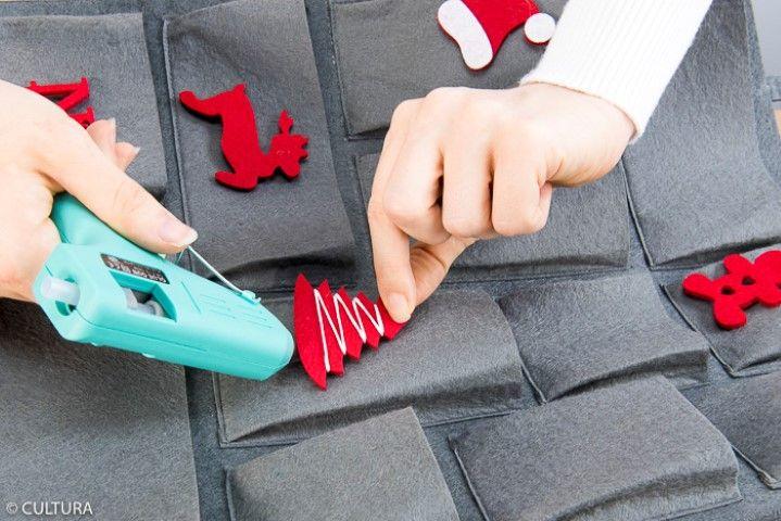1. Coller harmonieusement les formes en feutrine sur toutes les pochettes du sac. Idée + : Personnaliser les formes en feutrine de motifs brodés.