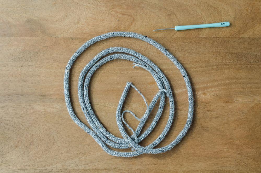 3. Tricoter environ 2m50 pour pouvoir réaliser la tête de loup.