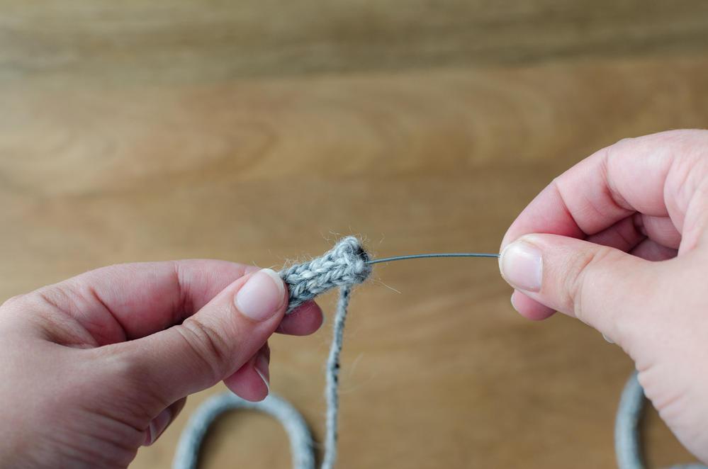 6. Enfiler le fil de fer dans le tricotin et le faire passer tout le long.