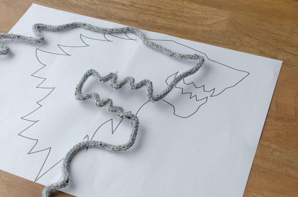 7. Télécharger et imprimer le gabarit (si possible sur un format A3 pour mieux suivre le modèle). Modeler le tricotin rigidifié pour former la tête de loup,