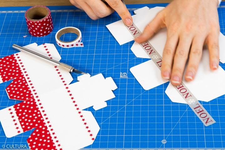 2. Décorer les maisons de longueurs de masking tapes en variant les motifs.