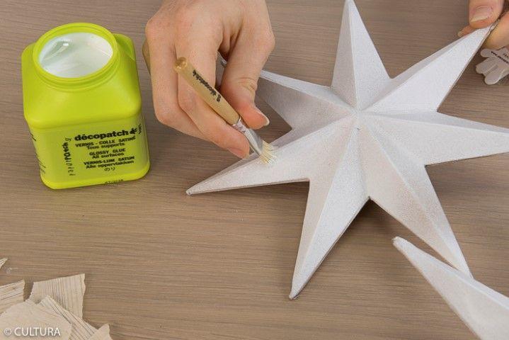 2. Appliquer une couche de vernis colle par petites touches sur une étoile.