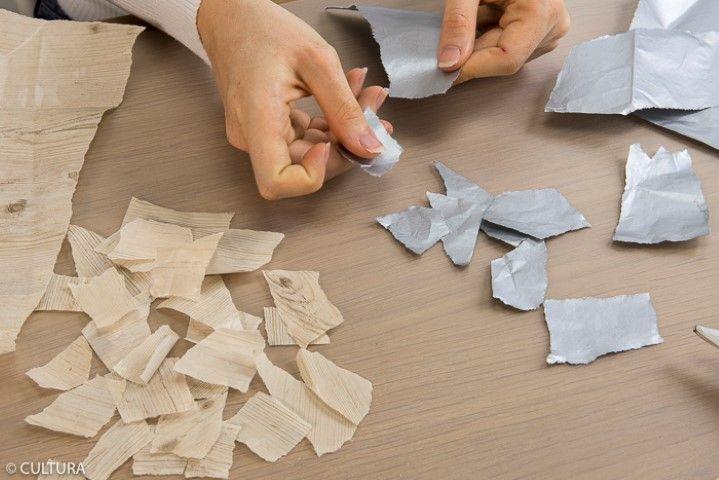 L'étoile argentée et l'étoile effet bois : 1. Déchirer des petits morceaux dans les feuilles de papier décopatch® argent et effet bois.