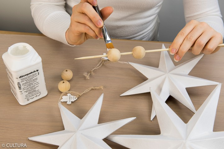Préparation du support : Appliquer une sous-couche de gesso sur l'ensemble des étoiles et sur trois perles en bois.