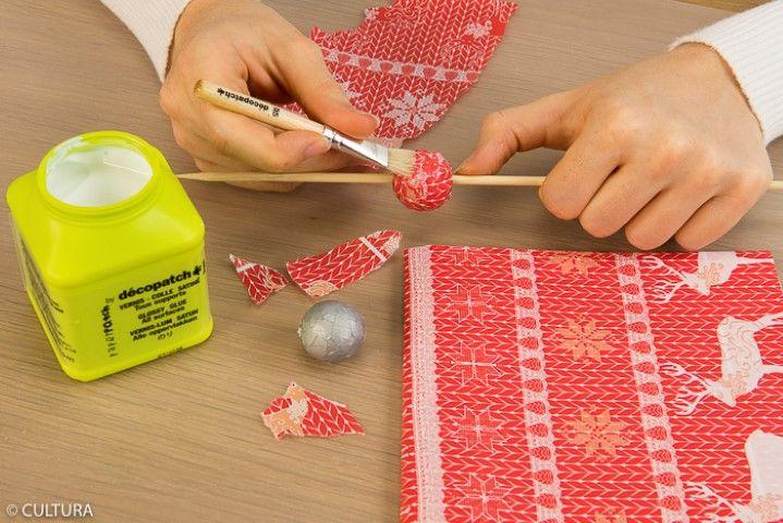Finitions : 1. Recouvrir les perles en bois avec les papiers décopatch® choisis en suivant la technique de collage expliquée précédemment.