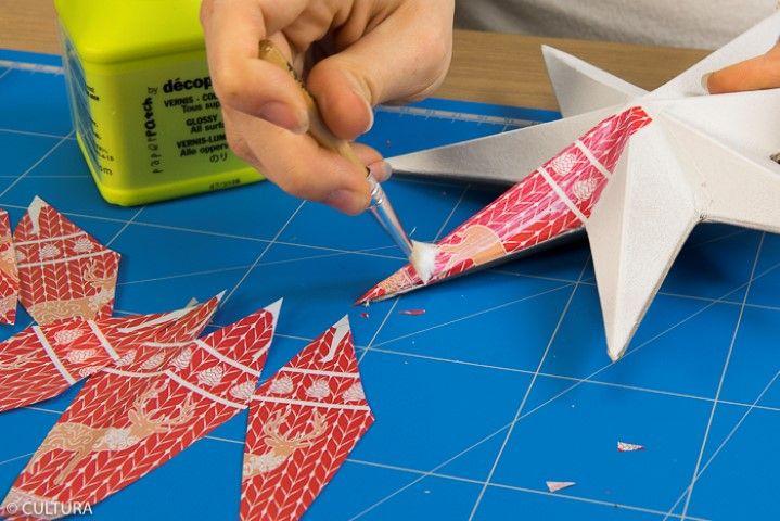 2. Coller les papiers découpés en suivant la technique de collage expliquée précédemment. Laisser sécher.