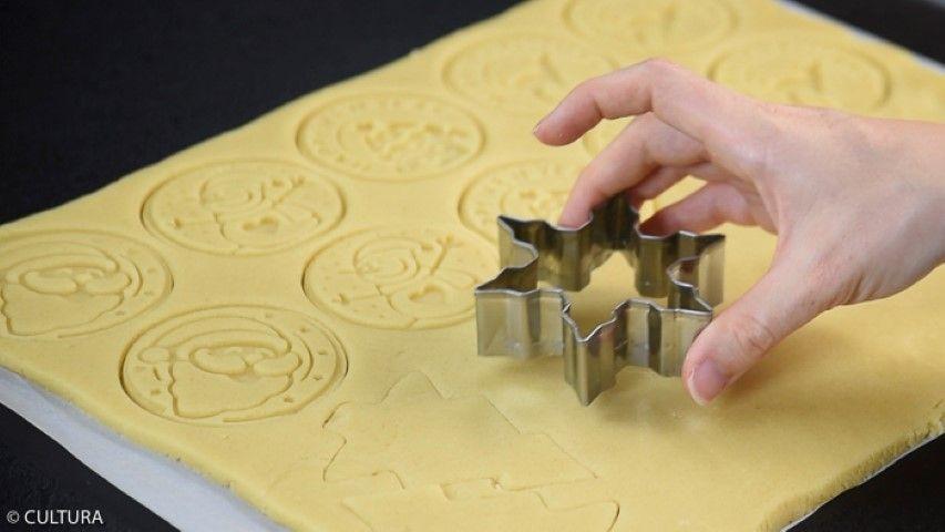 4. Découper d'autres formes dans la pâte sablée avec les emporte-pièces de Noël. Enfourner toutes les formes 10 à 12 minutes à 150°C. Vérifier la cuisson pour que les biscuits soient dorés.