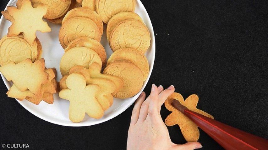 6. Mélanger la préparation avec une spatule pour lisser. Laisser refroidir à température ambiante puis la placer au réfrigérateur pour que la ganache fige (environ 3 heures). Fourrer deux biscuits avec la ganache obtenue.