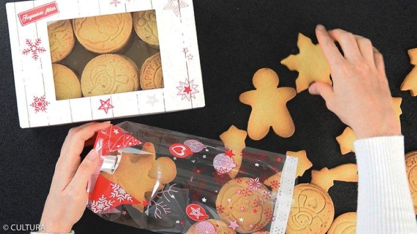 8. Garnir des sachets ou des boîtes de la collection avec les biscuits et les friture en chocolat. Ils sont prêts à être offerts et dégustés.