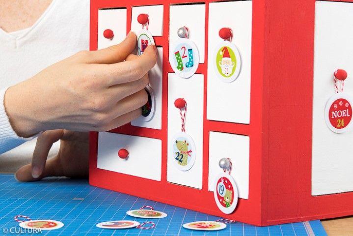 5. Suspendre toutes les étiquettes de l'avent sur les boutons des tiroirs.