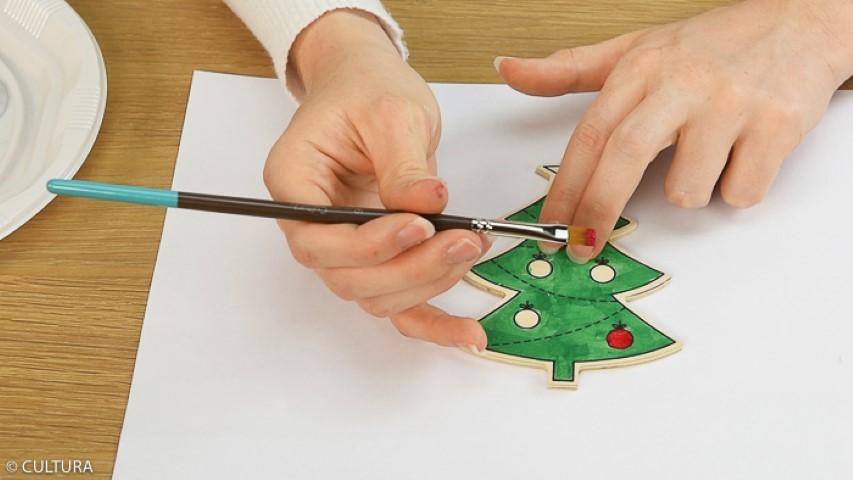 2. Peindre les formes sapin prédessinées avec le lot de peinture enfant. Laisser sécher.