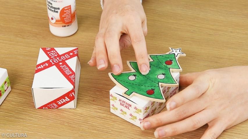 3. Coller les sapins sur les boîtes d'allumettes.