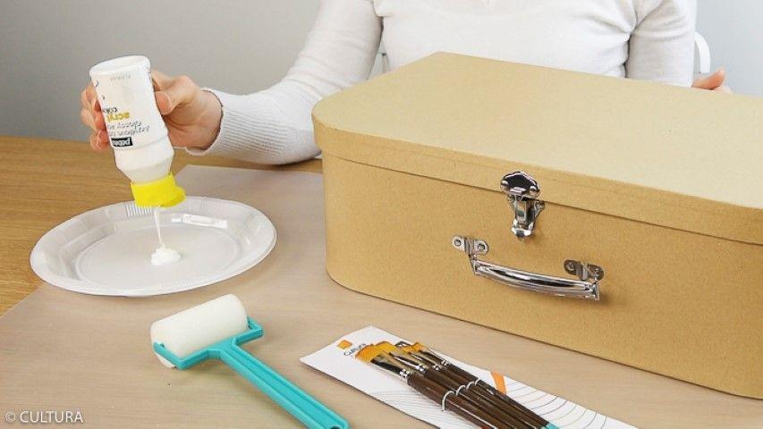 5. Décoration de la valise : Poncer le carton en amont pour que le Gesso et la peinture accroche bien. Peindre la valise avec une première couche de Gesso puis une fois sec, avec la peinture blanche Chalky. Laisser sécher.