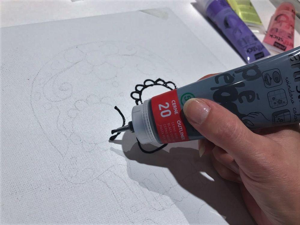 Redessiner tous les contours avec le cerne Arti'stick.