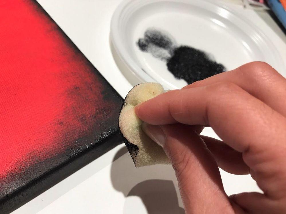 Pour finir, avec une éponge et de la peinture noire, tamponner le tour du châssis.