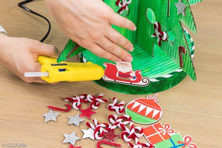 8. Coller les motifs perforés pailletés et les noeuds en fil chenille.