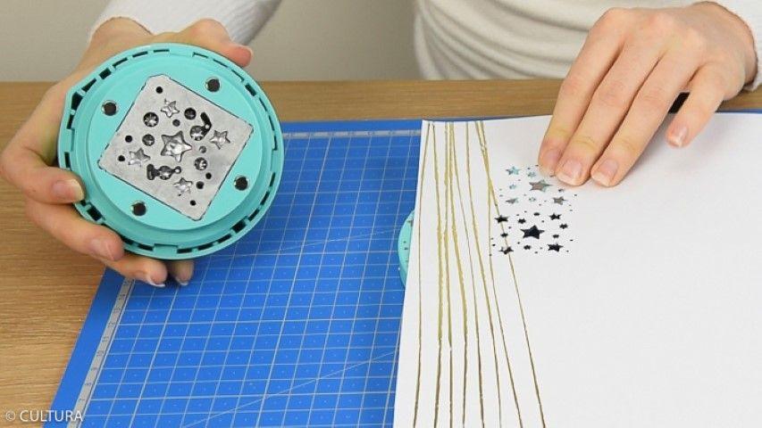 2. Presser la perforatrice. Répéter cette action pour former une frise étoilée en positionnant le papier grâce aux repères dessinés sur la perforatrice. Perforer sur toute la longueur du papier.