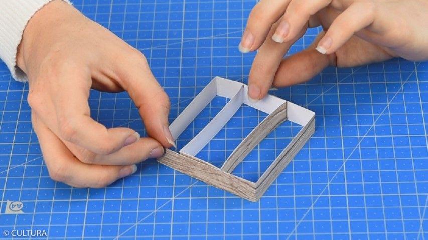 Idée n°3 : Décoration de la table Pour créer une base carrée, découper une bande de 1,5 x 30 cm (bande 1) et une bande de 1,5 x 23 cm (bande 2) dans le papier effet bois. Marquer les plis indiqués sur le schéma ci-contre. Pour créer la base carrée, coller C1 sur C2. Coller D sur E pour former un rectangle et l'insérer au centre de la base carrée. Coller D sur A et F sur B pour finaliser la base.