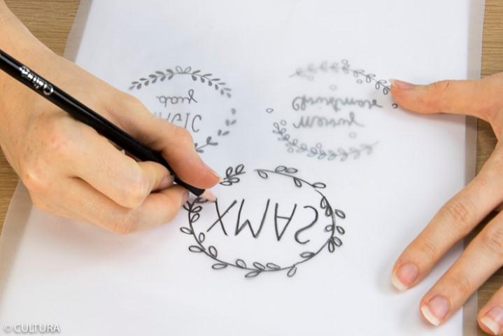 Décoration de la tasse : 1. Télécharger, imprimer et reporter les gabarits des motifs sur le papier calque avec le crayon 4B.